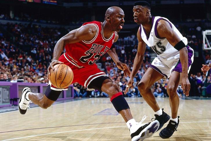 da98262f2fa4 Ведение мяча в движении в баскетболе имеет смысл в следующих случаях  •  чтобы игрок мог выиграть время  • противник плотно